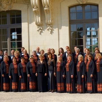 Choir in front of the Chateau